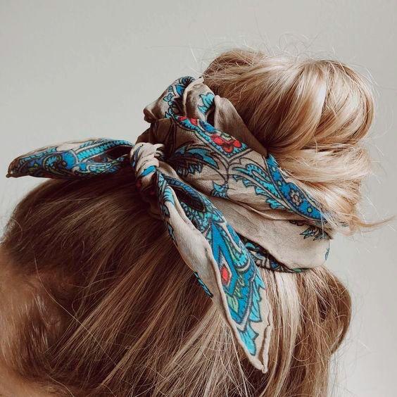 Pañuelos en el pelo en el moño detalle