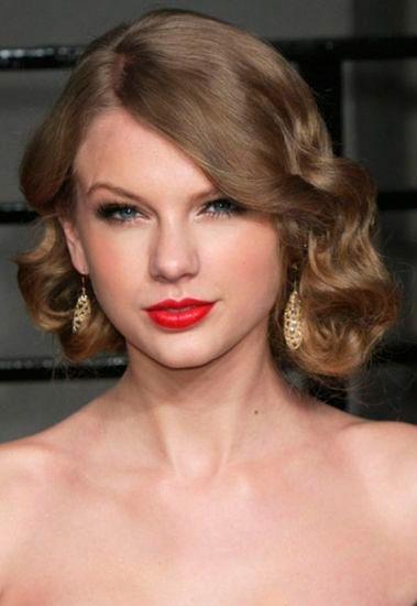 Taylor con peinado con ondas al agua