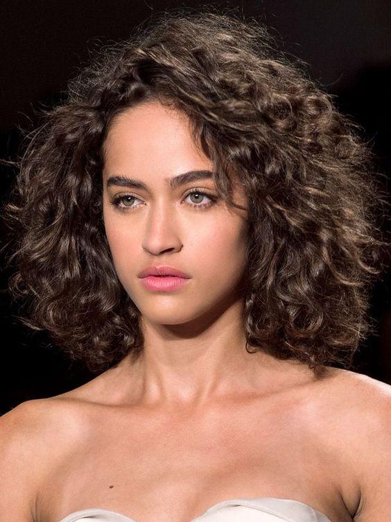 Cuidado el cabello rizado con media melena