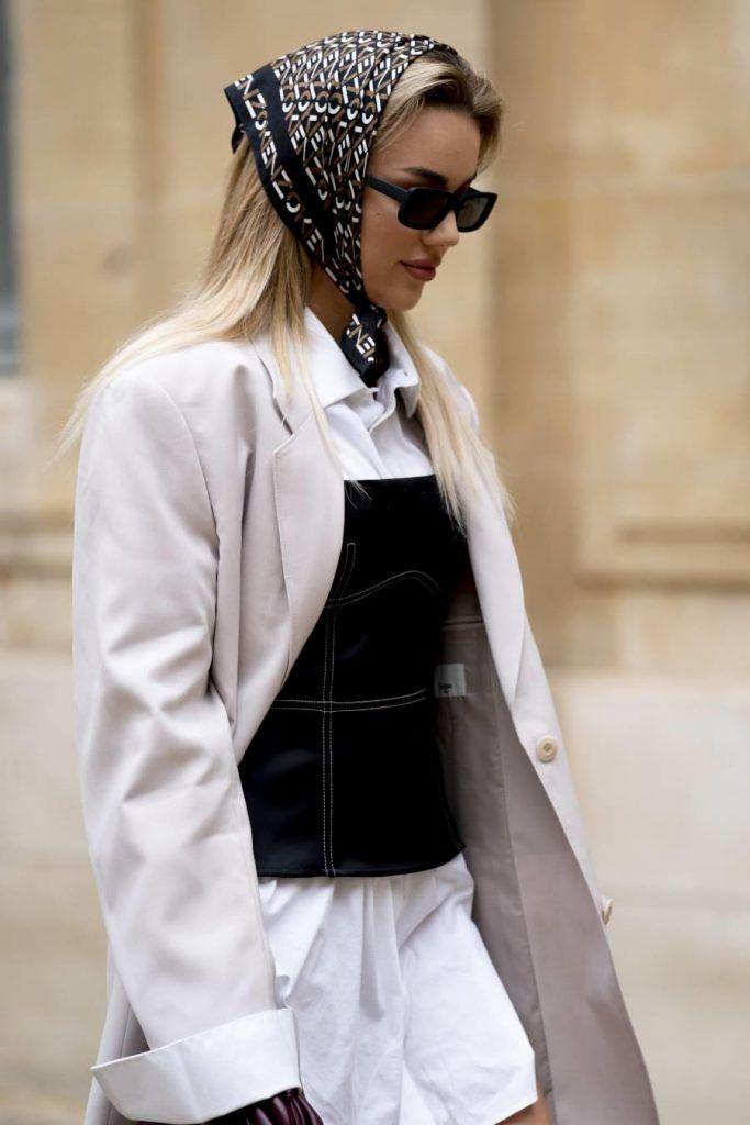 otras maneras de llevar un pañuelo de seda en la cabeza
