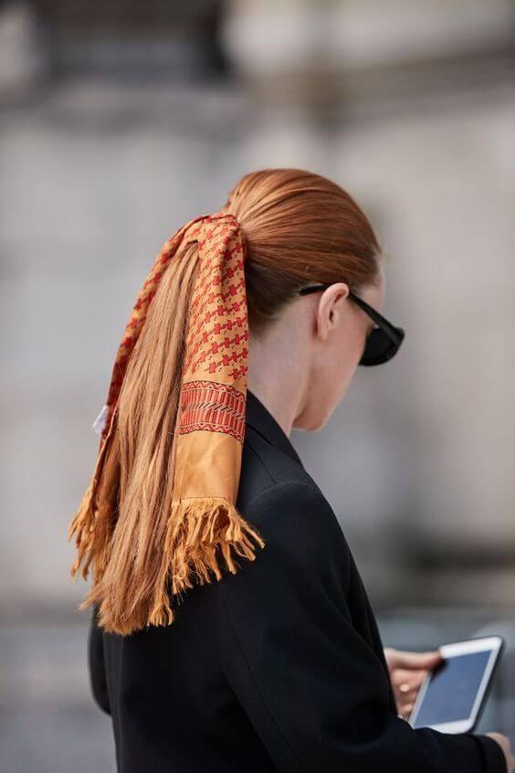 pañuelos de seda en la cabeza con una coleta