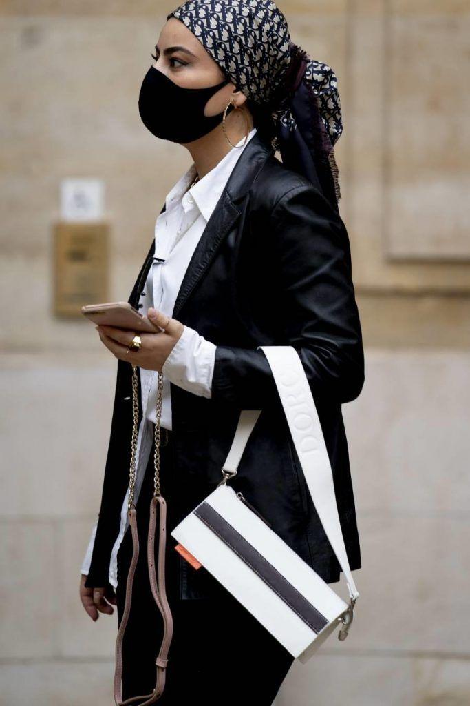 pañuelos de seda en la cabeza con pelo recogido