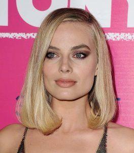 Margot Robbie con corte de pelo estilo lob con ralla al medio